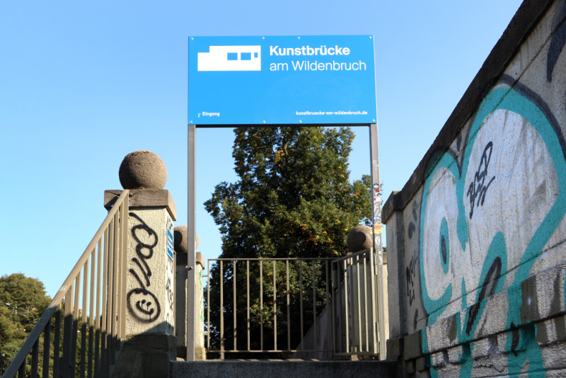 Kunstbrücke am Wildenbruch Schild Treppeneingang