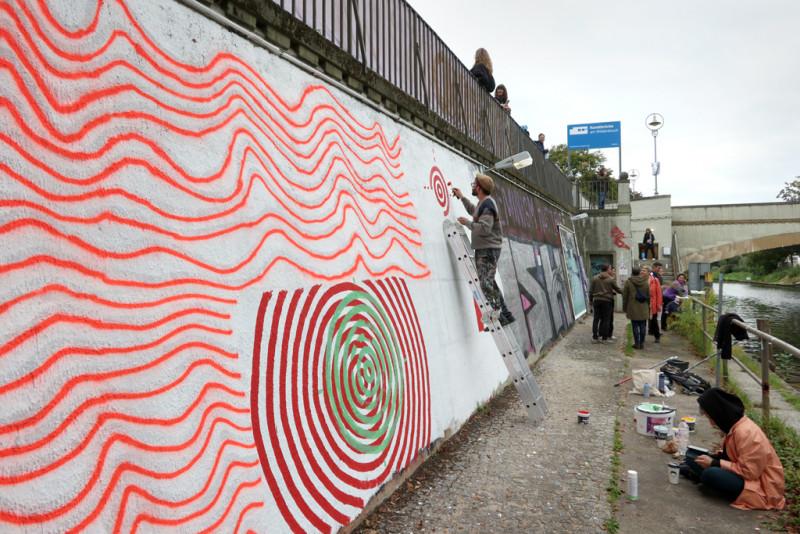 Gregorio Alvarez beim Malen seines Wandgemäldes