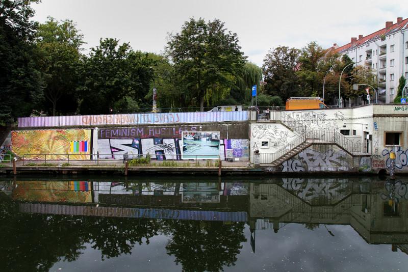 Sicht auf die Kunstbrücke vom gegenüberliegenden Ufer